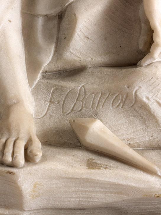 Bas relief en marbre blanc représentant la Descente de Croix, signé F. Barrois
